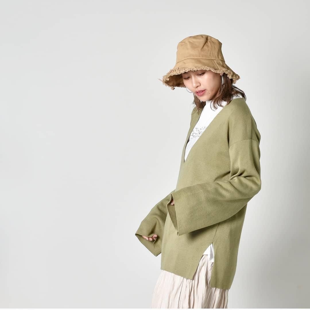 深VプルオーバーニットIvory/Black/Green¥4,800+taxオンライン,店舗入荷済み。大きくVにあいたプルオーバーの春ニットは、インナー問わずサマになる便利な1枚。トレンドのロゴTeeを合わせたカジュアルスタイルやシアーインナーを合わせて今年らしく着こなしても◎袖口がワイドなのでシルエットもお洒落です。#kivi_official#キヴィ#kivi#大人ファッション#大人カジュアル#ootd#kivi_ootd#深Vニット#深Vプルオーバー#レイヤードスタイル#レイヤードコーデ#20代コーデ#30代コーデ#大人コーデ#fashion#wear#オンオフ#ニューノーマル