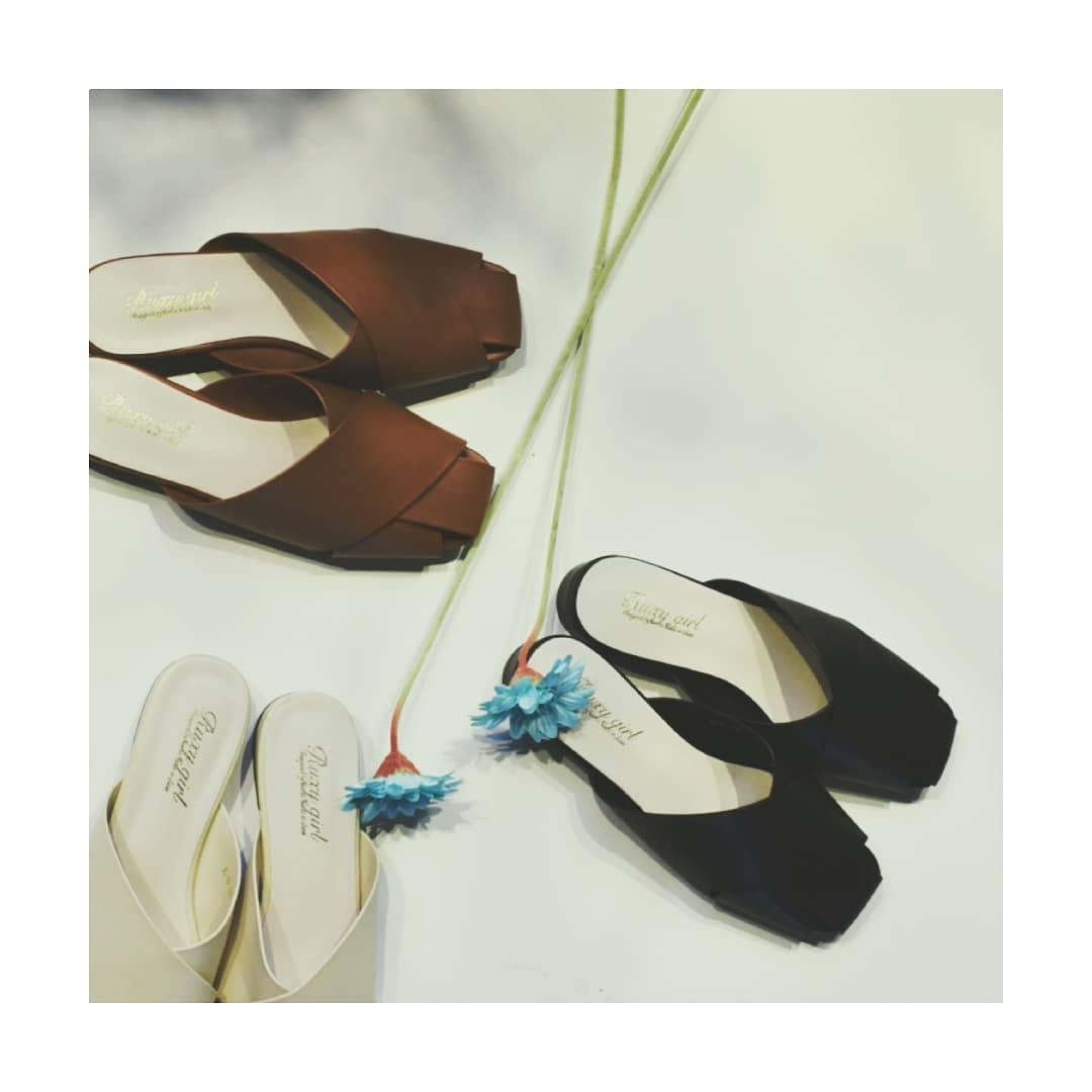 クロスミュールサンダル¥4,500+taxwhite/brown/blacksize:M/L近日中に入荷予定。クロスデザインでトレンドを大人っぽく楽しめるアイテム。オンラインと一部店舗限定。そろそろサンダルも用意して、夏への準備を始めませんか?#kivi_official#キヴィ#kivi#大人ファッション#大人カジュアル#クロスミュールサンダル#クロスサンダル#クロスミュール#レザーサンダル#ootd#kivi_ootd#fashion#wear#オンオフ#ニューノーマル