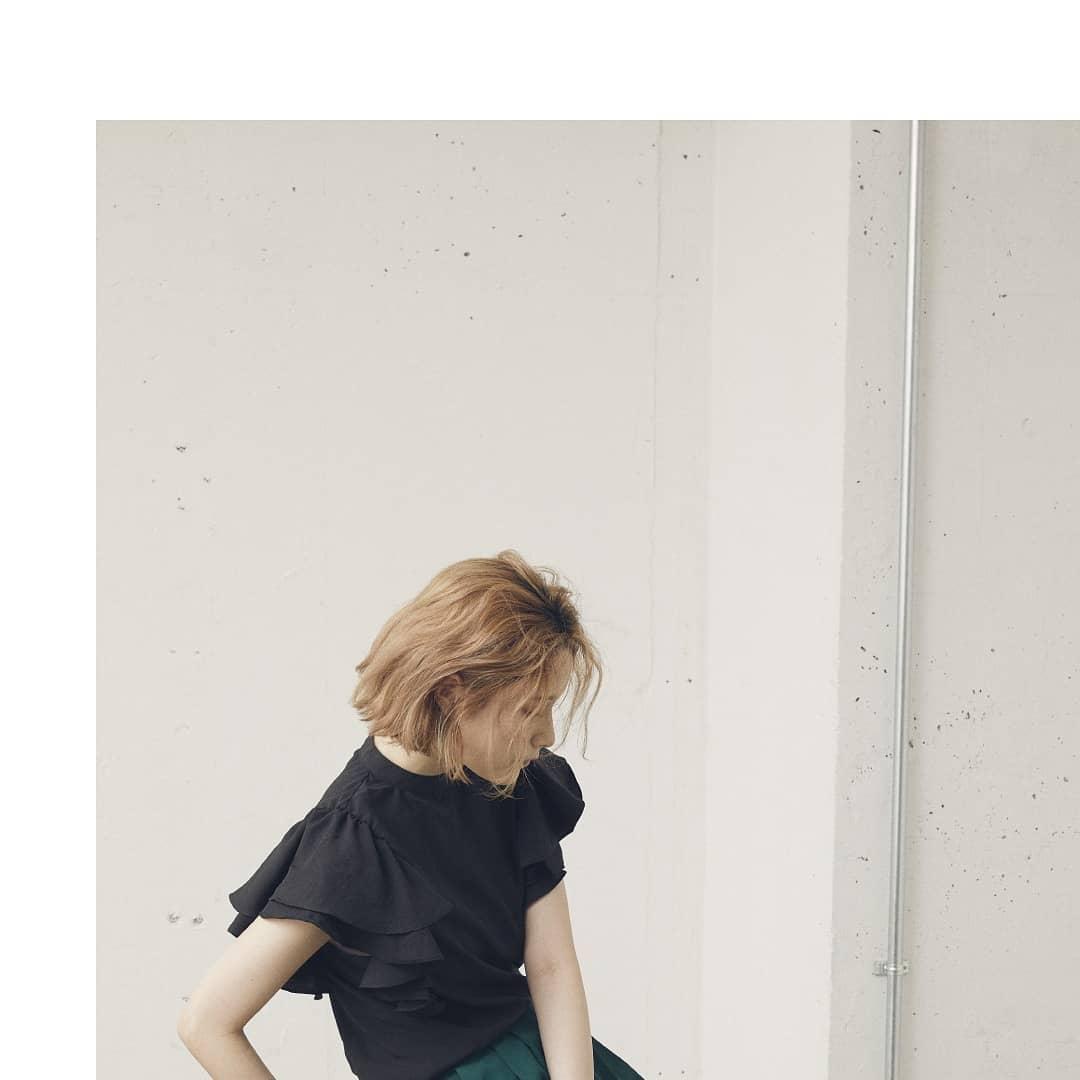 Wフリルスリーブブラウスwhite/black/beige¥3,900+taxオンラインストア、一部店舗入荷済み。シルクタッチで肌ざわりがよいです。フリルデザインですがスタンドカラーなので甘すぎず、大人めガーリーに着て頂けます!デニムやパンツ、サロペットと合わせるのがおすすめ◎#kivi_official#キヴィ#kivi#大人ファッション#大人カジュアル#ootd#kivi_ootd#ブラウス#フリルブラウス#大人めガーリー#大人ガーリー#ブラウスコーデ#ブラウススタイル#20代コーデ#30代コーデ#大人コーデ#fashion#wear#オンオフ#ニューノーマル