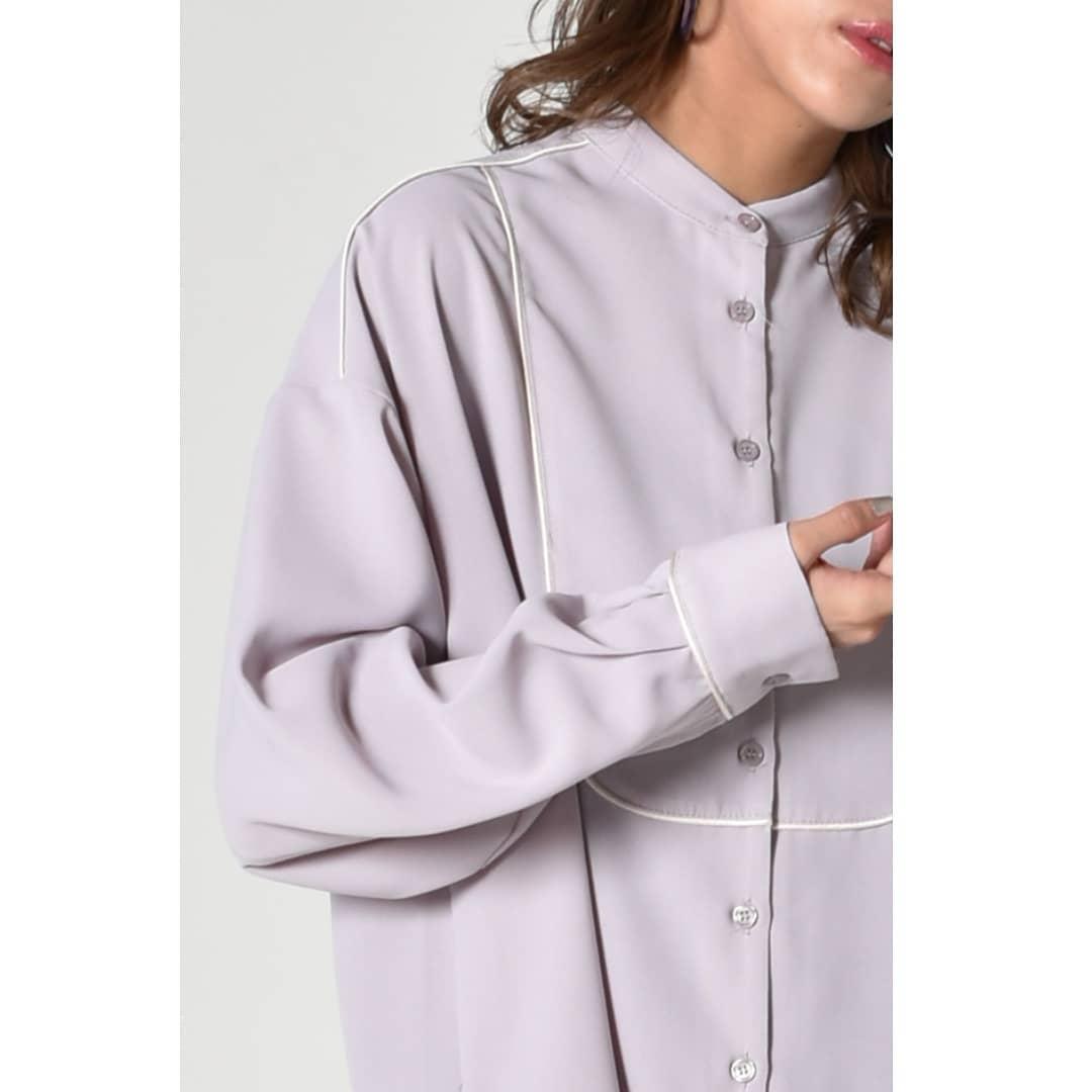 バイピングブザムロングシャツWhite/Purple¥4,500+taxオンライン,店舗入荷済み。ブザム部分にはバイピングが入り、一味違う印象的なブラウス。ロングシャツですがボトムにインせず、アウトのままずるっと着用するのもお洒落です。#kivi_official#キヴィ#kivi#大人ファッション#大人カジュアル#ootd#kivi_ootd#シャツコーデ#ロングシャツ#パイピング#パイピングブラウズ#パイピングシャツ#20代コーデ#30代コーデ#大人コーデ#fashion#wear#オンオフ#ニューノーマル