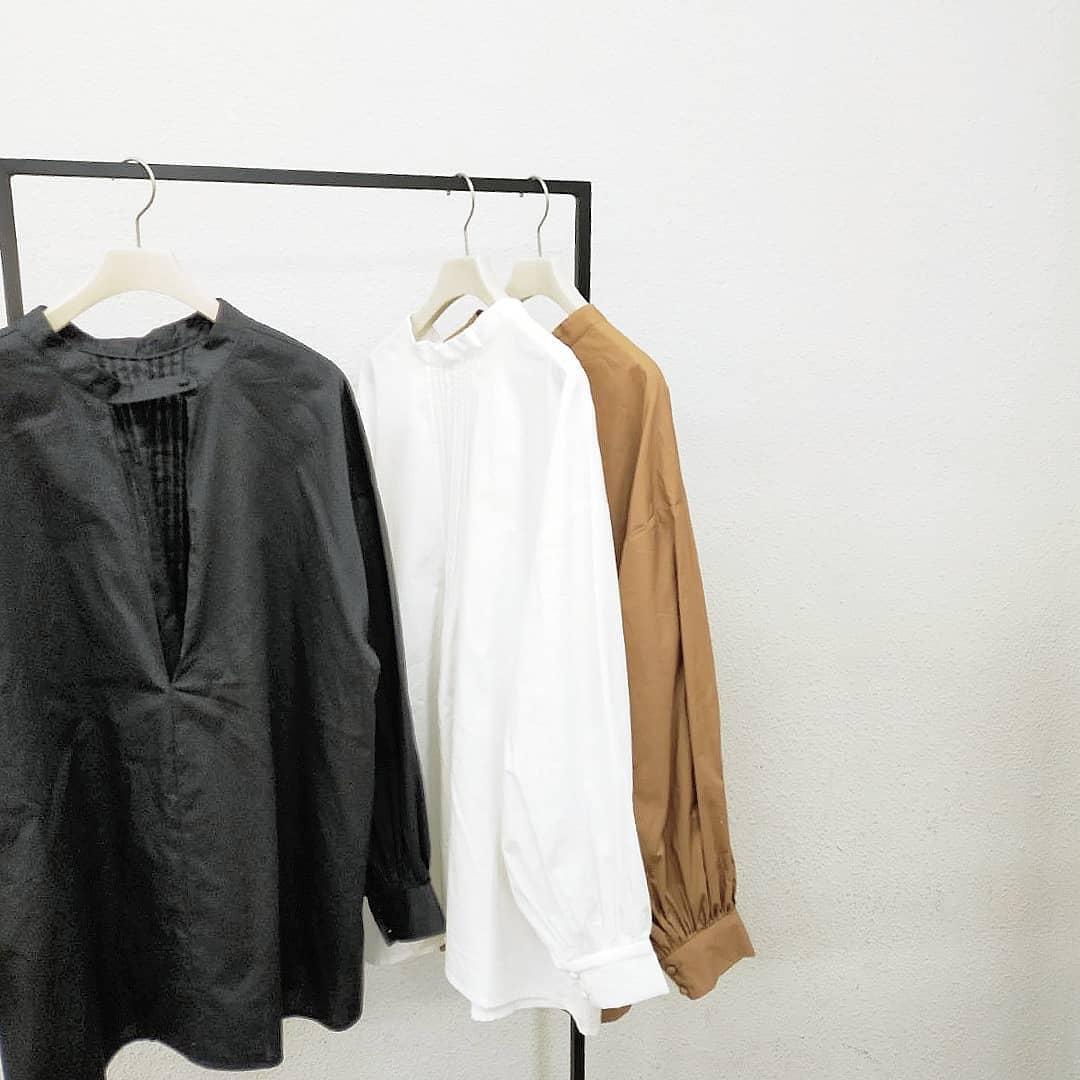 深VネックブラウスWhite/Black/Camel¥4,500+taxオンライン,店舗入荷済み。深いVのデザインが入ったブラウスは袖周りにボリュームがありパリッとした素材も存在感たっぷりな1枚です。Vデサインの対面は細かいタックが入っておりトレンドのディティールに仕上げました。前後2way仕様。#kivi_official#キヴィ#kivi#大人ファッション#大人カジュアル#ootd#kivi_ootd#ブラウスコーデ#深Vブラウス#袖ボリューム#ボリュームブラウス#袖ボリュームブラウス#20代コーデ#30代コーデ#大人コーデ#fashion#wear#オンオフ#ニューノーマル