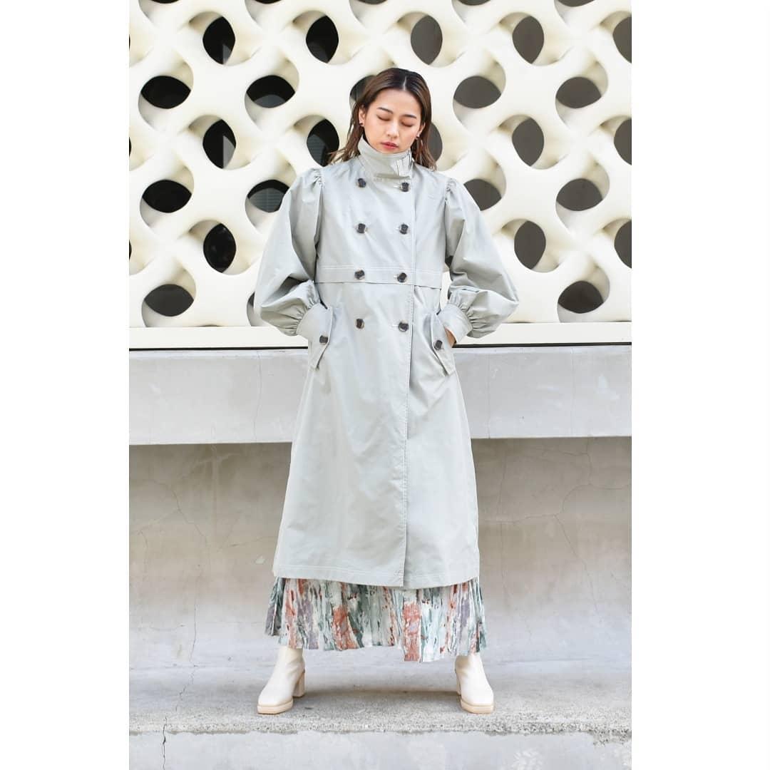 スタンドカラートレンチコートGreen/Blue/Beige¥7,900+taxオンライン,店舗入荷済み。配色ステッチが特徴のトレンチコート。高めのネックにボリューム袖で、甘辛MIXがかっこよく決まるアウターです。まだまだ朝晩の肌寒い日に。#kivi_official#キヴィ#kivi#大人ファッション#大人カジュアル#ootd#kivi_ootd#トレンチ#トレンチコート#袖ボリュームトレンチ#袖ボリューム#スタンドカラートレンチ#トレンチコーデ#20代コーデ#30代コーデ#大人コーデ#fashion#wear#オンオフ#ニューノーマル