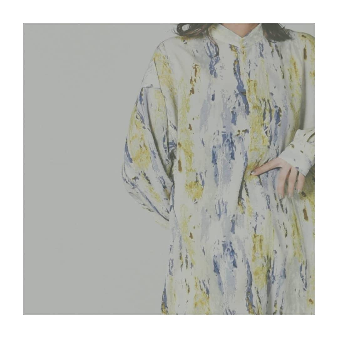ペイント柄シャツbeige/blue¥4,500+tax水彩のようなペイント柄のシャツ。個性派でも着用しやすいよう、派手すぎないところもポイントです!入荷済みのペイント柄プリーツスカート(KM119431T001)と、セットアップ風の着こなしも可能◎#kivi_official#キヴィ#kivi#大人ファッション#大人カジュアル#ペイント柄#ペイント柄シャツ#柄シャツ#シャツスタイル#シャツコーデ#大人めシャツ#ootd#kivi_ootd#fashion#wear#オンオフ#ニューノーマル