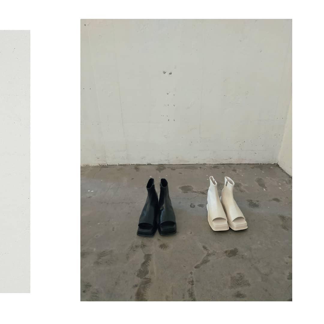 オープントゥブーツ¥7,900+taxBlack/White6月中旬頃入荷予定。オープントゥの新作ブーツ。少しモードな雰囲気も素敵です◎あえて甘めのワンピの足元にもってきたりするのもおすすめ。厚底タイプなので疲れにくいです。#kivi_official#キヴィ#kivi#大人ファッション#大人カジュアル#オープントゥブーッ#春夏ブーツ#足元倶楽部#モード#韓国雑貨#韓国ファッション#韓国シューズ#ootd#kivi_ootd#fashion#wear#オンオフ#ニューノーマル