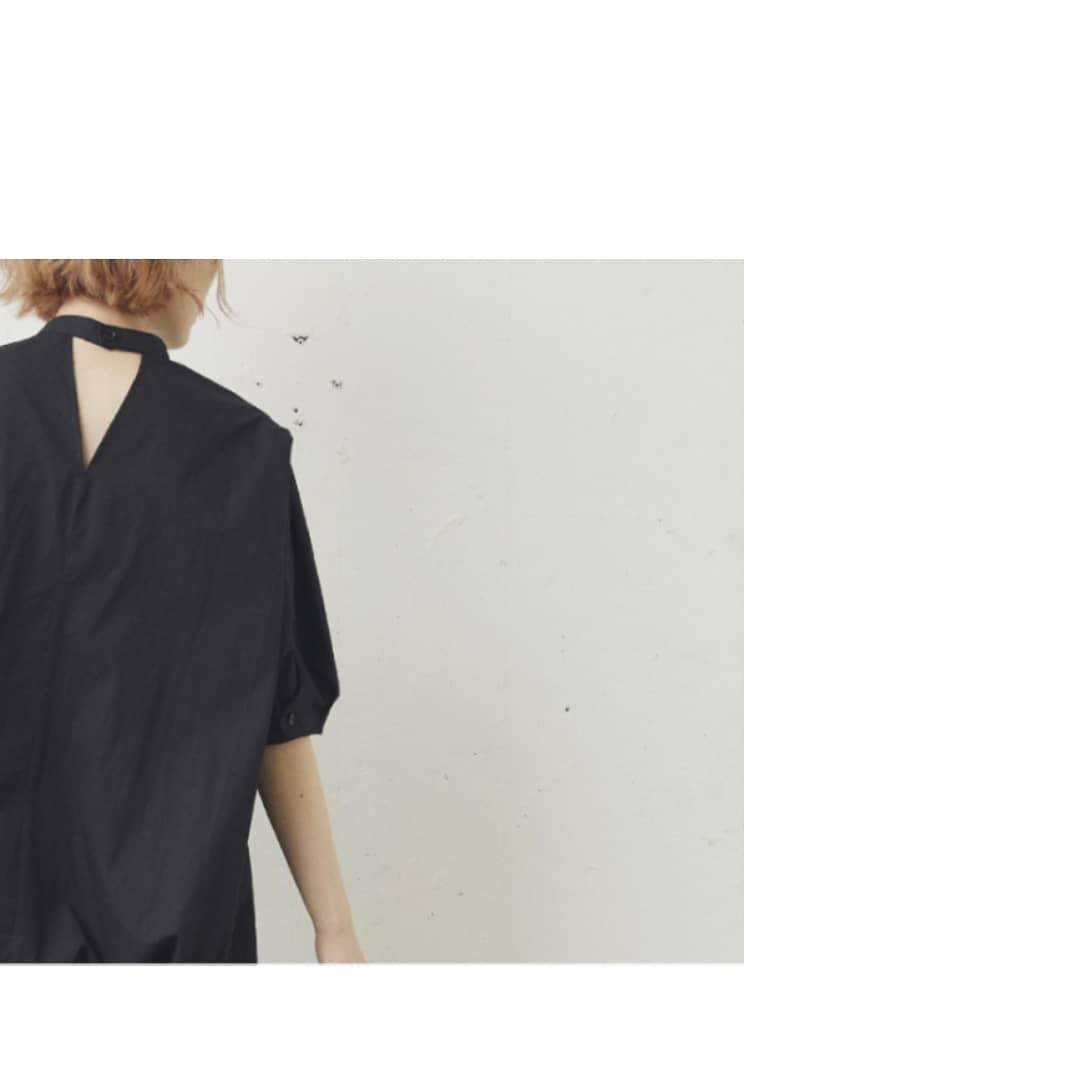 タックハーフ袖ブラウス¥3,900+taxblack/whiteタックデザインでシルエットの綺麗な大人めブラウス。チュニック丈なのでアウトスタイルも素敵にきまります。バックネックも一癖あるデザインで後ろす姿もお洒落!素材感のあるパンツやカラーボトム合わせがおすすめです◎#kivi_official#キヴィ#kivi#大人ファッション#大人カジュアル#ootd#kivi_ootd#美シルエット#20代コーデ#30代コーデ#大人コーディネート#fashion#wear#ブラウス#大人ブラウス#ブラウスコーデ#ブラウススタイル#タックブラウス#バックシャン#オンオフ#ニューノーマル