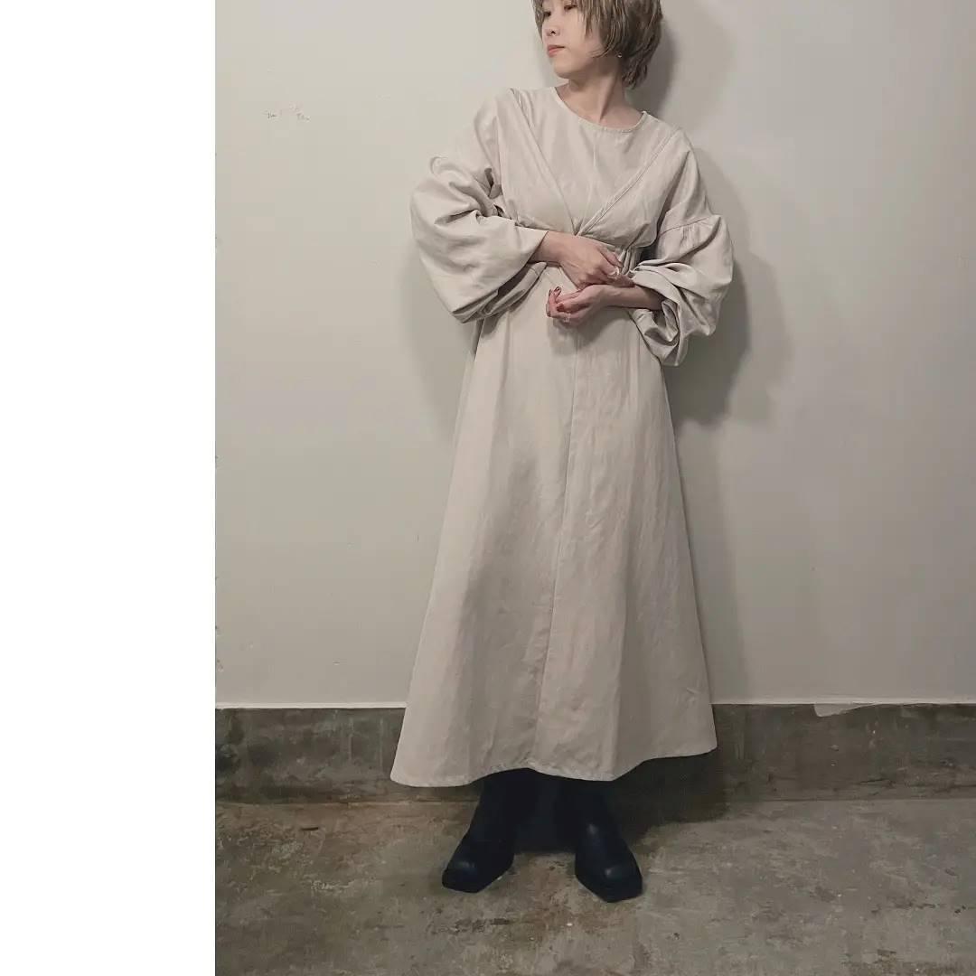 【PRE ORDER】ボレロ2WAYワンピース¥6,900+taxblack/ivory/camelオンラインストアにてご予約受付中。9月中旬頃お届け予定。たっぷりとしたボリューム感のあるお袖がポイント。袖口はゴム仕様なので長袖のままでの着用はもちろん、まくって五分袖のようにも着用頂けます。ボレロを外すと中はシンプルながらもシルエットにこだわったノースリワンピ。暑い時期はさらっと1枚着用も素敵です。またシアーカットなどインナーを合わせたレイヤードスタイルも今年らしくておすすめ。ボレロはフロントホックで着用しやすく、裾はゴムなので伸縮性もありお身体にフィットしやすいお作りです。とっても高見えするkiviのこの秋いちおしワンピース。ぜひチェックしてください!#kivi_official#キヴィ#kivi#kivi2021aw#大人ファッション#大人カジュアル #ootd#kivi_ootd#ボレロワンピース#ボレロ2wayワンピース#セパレート#セパレートワンピース#大人ワンピ#大人可愛い#高見え#大人セットワンピ#20代コーデ#30代コーデ#大人コーディネート#fashion#wear#オンオフ#ニューノーマル