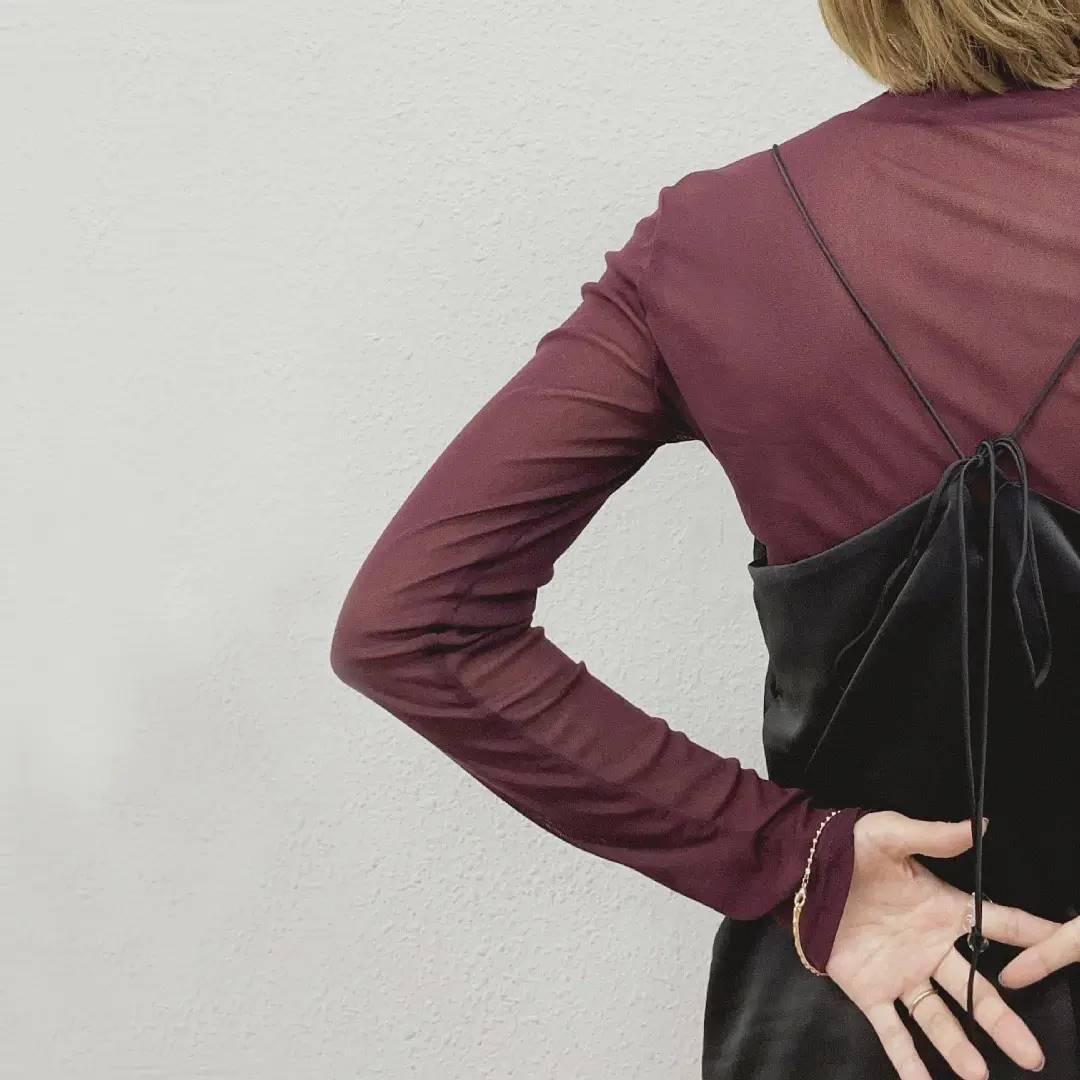 シアーハイネックカット¥2,500+taxnew color::off white/black/light beige/dark green/camel長くご好評いただいておりますシアーハイネックカットに既存のものと少しデザインを変えてさらに秋冬らしい新色が入荷しております!・ネックは折り返しデザイン・袖口や裾口がメロウではなく普通始末のシンプルなデザインとなっております。よりシンプルに大人な着こなしがお好きな方におすすめです。肌ざわりもよく、程よく伸縮するので着用した感じもとてもよいです◎これからの時期はニットに合わせるのも素敵です。ご好評につきオンラインストアでは既に完売してしまっているカラーもございますが再入荷予定もございますのでよろしければお気に入り登録して頂きますと追加の入った際に通知を受け取ることができ便利です。#kivi_official#キヴィ#kivi#大人ファッション#大人カジュアル#秋ブラウス#秋ファッション#秋コーデ#フラシブラウス#大人ブラウス#大人コーデ#大人スタイル#モード#ootd#kivi_ootd#fashion#wear#オンオフ#ニューノーマル
