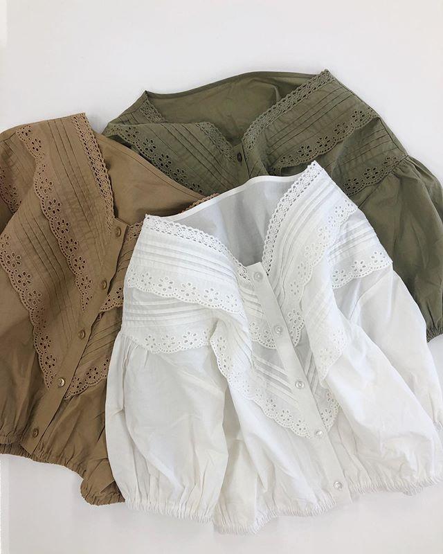 .【new arrival】.🏷RE937523B005ピンタックVレースBL▷¥2,900+tax(店舗入荷中).∥color∥ beige / white / green..#retrogirl#newarrival#fashion#summer#blouse#レトロガール#カジュアル#カジュアルアイテム#プチプラ#プチプラアイテム#プチプラファッション#プチプラコーデ#ブラウス#レースブラウス#ピンタックブラウス
