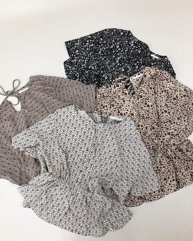.【new arrival】.今から使える晩夏アイテム.🏷RE9S0223B002小花柄BリボンBL▷¥1,900+tax(店舗入荷中).∥color∥ white / pink / beige / black..#retrogirl#newarrival#fashion#summer#tops#レトロガール#カジュアル#カジュアルアイテム#プチプラ#プチプラアイテム#プチプラファッション#プチプラコーデ#花柄ブラウス#バックリボンブラウス