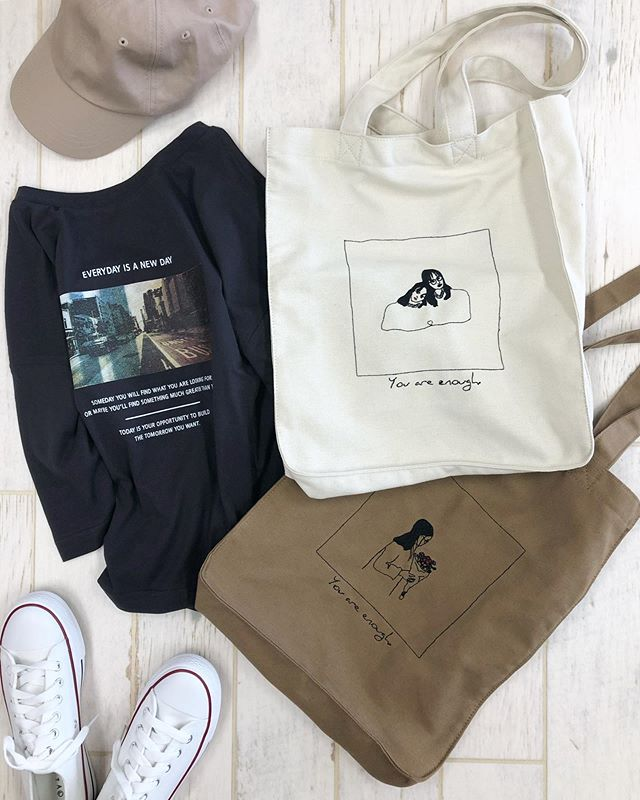 .【new arrival】..🏷RF956043C000刺繍ガールズトート▷¥1,900+tax(店舗入荷中).∥color∥ white / beige..#retrogirl#newarrival#fashion#autumn#bag#レトロガール#カジュアル#カジュアルアイテム#プチプラ#プチプラアイテム#プチプラファッション#プチプラコーデ#トートバッグ#刺繍トートバッグ