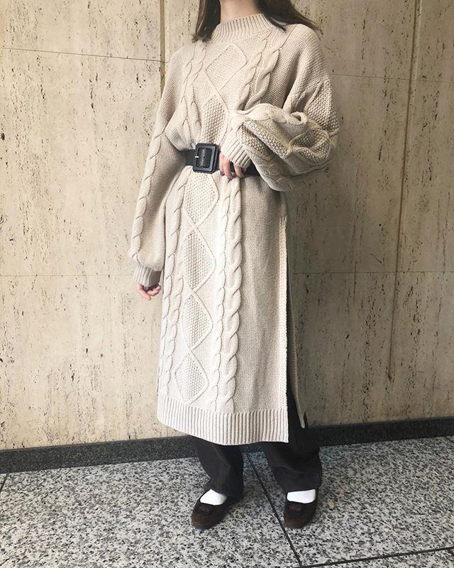 .【new arrival】.🏷RW939422C001 サイドスリットニットOP▷¥3,900+tax(店舗入荷中).∥color∥white / brown / beige.モデル:157cm.#retrogirl#newarrival#fashion#Autumn#knitonepiece#レトロガール#カジュアル#カジュアルアイテム#プチプラ#プチプラアイテム#プチプラファッション#プチプラコーデ#ニットワンピース#スリットワンピース