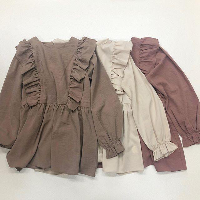 .【new arrival】.🏷RU037523D004 フリルチュニック▷¥2,900+tax(店舗入荷中).∥color∥ brown / white / pink..#retrogirl#newarrival#fashion#winter#blouse#レトロガール#カジュアル#カジュアルアイテム#プチプラ#プチプラアイテム#プチプラファッション#プチプラコーデ#ブラウス#ブラウスコーデ#フリルブラウス#フリルチュニック