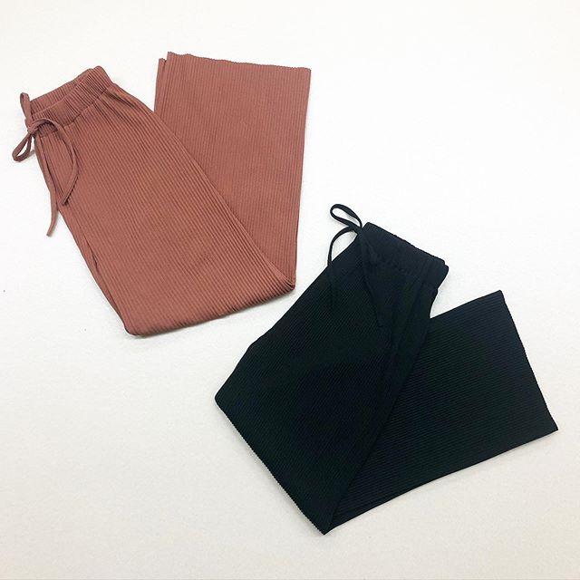 .【new color】人気アイテム リブラフPTに新色入荷致しました🏷RM0S0C32B000リブラフPT▷¥1,900+tax(店舗入荷中  オンライン新色近日入荷)∥color∥D-orange (new) / black (new)white / green / brownmodel:157cm(black)  154cm(D-orange)#retrogirl_style#retrogirl2020ss#レトロガール#レトロガールコーデ#リブラフパンツ#カラーパンツ