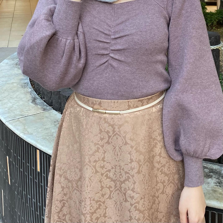 .【new arrival】🏷RF042543B001  フロントシャーリングNT▷¥2,500+tax(店舗今週入荷.オンライン近日入荷予定)∥color∥ écru / purple / D brown / black縦に入ったシャーリングが今年らしく肩や袖にもふくらみを持たせてガーリーさを表現さわり心地も良くて一枚でも暖かい#retrogirl_ootd#レトロガール#レトロガールコーデ#トレンドファッション#プチプラコーデ#シャーリング #シャーリングニット #ニット#ゴブランスカート #デートコーデ