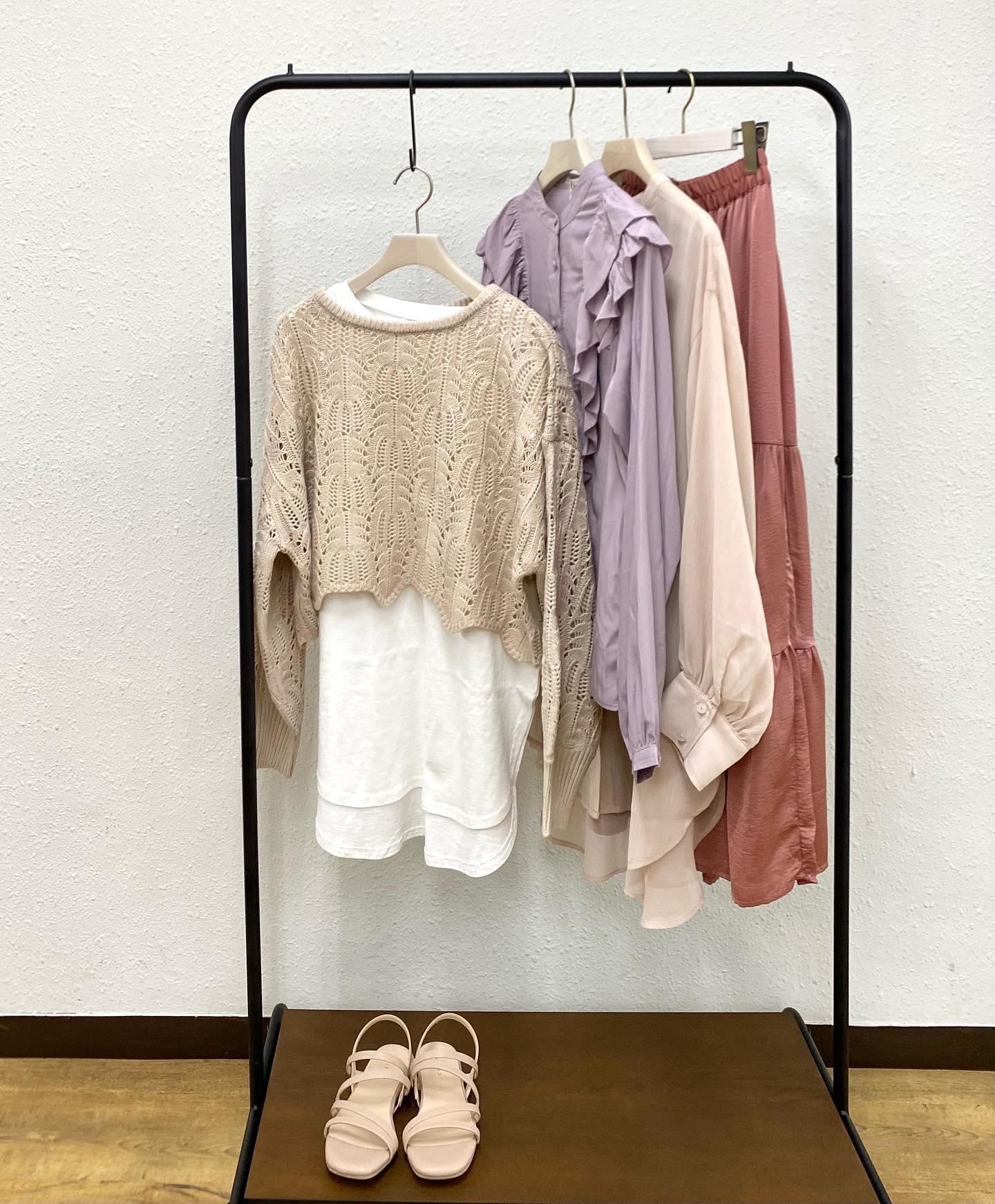 .【recommend color】 2021年春夏のおすすめcolorは#ピンク系 トレンドをおさえたら大人っぽくも着られる お気に入りの差し色を探してください#retrogirl_ootd#レトロガール#レトロガールコーデ#トレンドファッション#プチプラコーデ#ピンク #ピンクコーデ #クロシェ #ティアードスカート #フリルブラウス #透けシャツ #フラットサンダル#春カラー #春コーデ #2021ss
