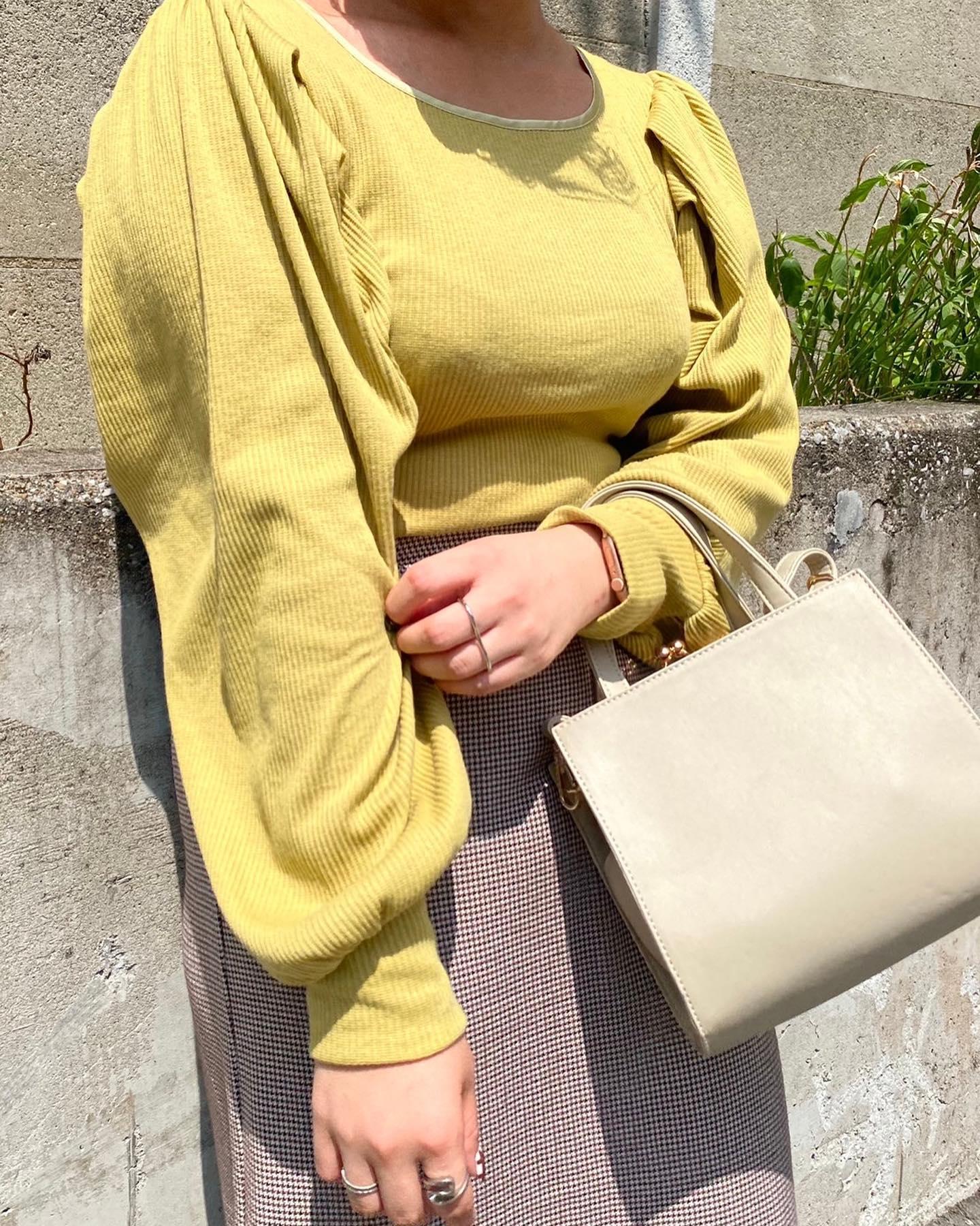 【New arrival】🏷 RF156411T001  パイピングパワショルTee▷¥2,190(税込)(店舗今週入荷.オンライン近日入荷) ∥color∥ white / yellow / blue / black今年トレンドのパイピングデザインにスクエアネックがデコルテを綺麗に見せてくれて女性らしい上品なアイテム#retrogirl_ootd#レトロガール#レトロガールコーデ#トレンドファッション#プチプラコーデ#秋カラー #秋コーデ #2021aw#パイピング #マーメイドスカート